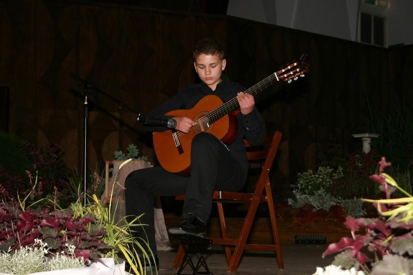 Maciej Hołowiecki, gitarzysta z klasy Jakuba Niedoborka w...