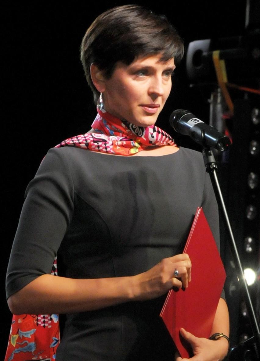 Joanna Mucha, posłanka PO w Sejmie jest drugą kadencję. Obecnie pełni funkcję ministra sportu i turystyki. Ma tytuł doktora nauk ekonomicznych, pracowała jako wykładowca na KUL.