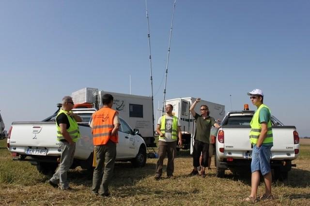 Mobilna mini-baza na polu pod Poznaniem. Stamtąd wysyłane są sygnały do ciężarówek.
