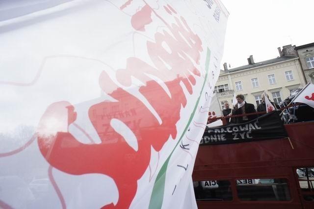 Oflagowany piętrowy autobus przez całe czwartkowe przedpołudnie przypominał mieszkańcom Poznania o tragicznej sytuacji pracowników Zakładów Naprawczych Taboru Kolejowego.