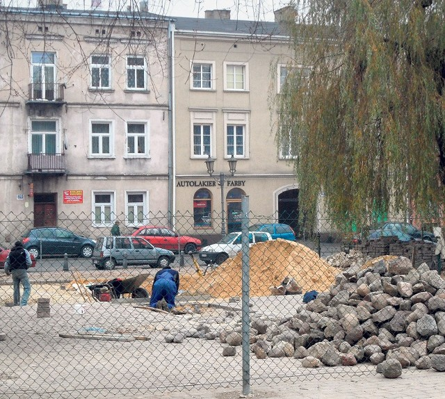 Na placu za Puchatkiem pracują robotnicy