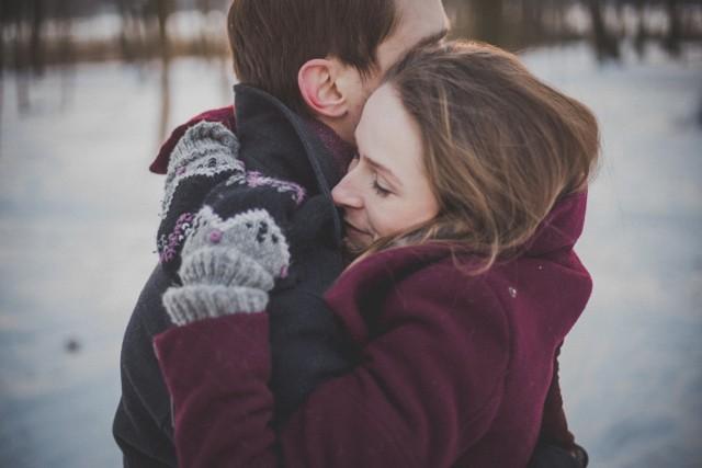 Jak składać życzenia? Niektórzy pewnie nigdy się nad tym nie zastanawiają i idą na żywioł, a inni głowią się nad tym już na wiele dni przed świętami. Mogłoby się wydawać, że składanie życzeń jest proste, ale większość z nas wciąż popełnia gafy, często nie zdając sobie z tego sprawy. Sprawdź, jak składać życzenia, by były naprawdę miłe dla adresata! Dzięki tym 7 poradom inni pokochają twoje życzenia, a dla ciebie ich składanie przestanie być traumą!