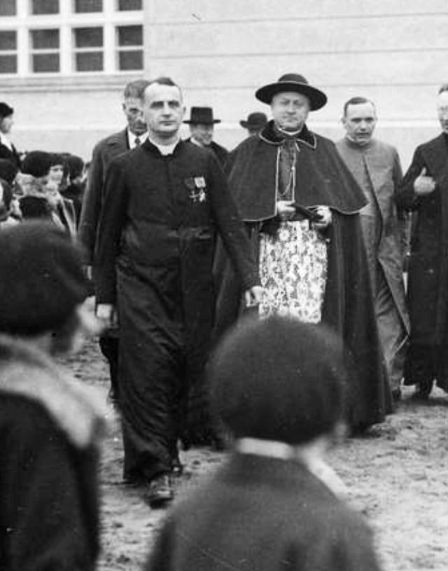 Od lewej ks. Piotrowski i prymas Polski, kardynał August Hlond na  otwarciu  szkoły żeńskiej im. J. Słowackiego (1931 rok)
