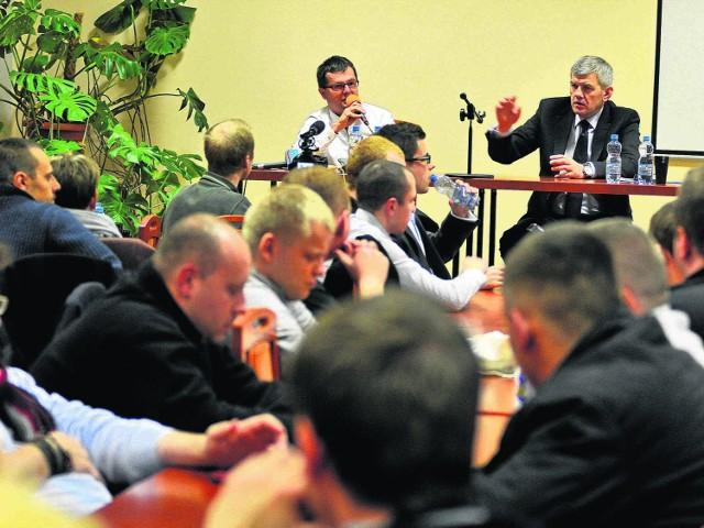 Na wtorkowym spotkaniu w Domu Technika na pytania kibiców żużla odpowiadali Maciej Polny (z mikrofonem) i Robert Terlecki (po prawej)