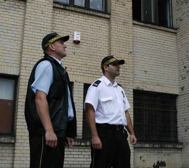 Będzińscy strażnicy przy budynku dworca