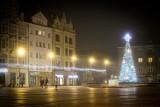 Rynek w Bytomiu ze świątecznymi iluminacjami. Koło śpiącego lwa stanęła ogromna choinka