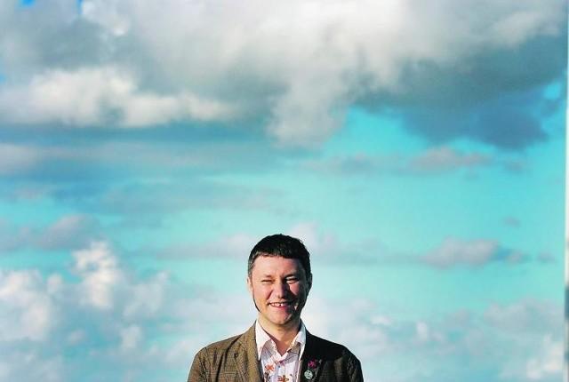 Adam Wiedemann, laureat tegorocznej nagrody   w kategorii poezja, otrzymał czek na 50 tysięcy zł