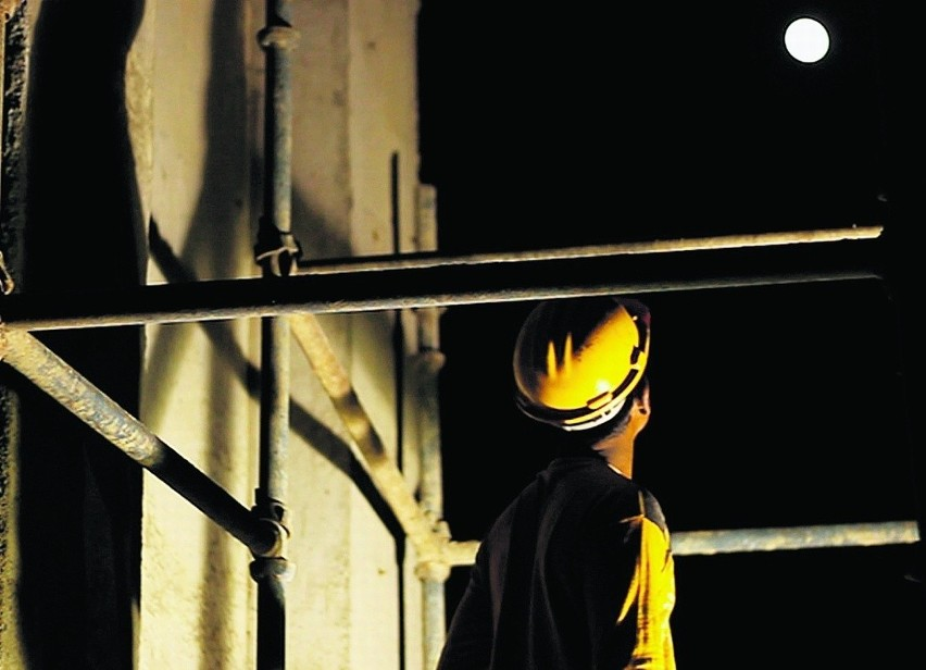"""Wystawa pełna jest wątków związanych z ludzką pracą. Kadr z filmu """"Behind the Tin Sheets"""" E. Mittal i Y. Raghunandan"""