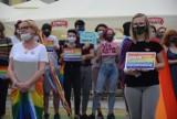 """""""Jestem człowiekiem, nie ideologią!"""". Akcja wspierająca osoby LGBT na Głównym Rynku w Kaliszu [ZDJĘCIA]"""