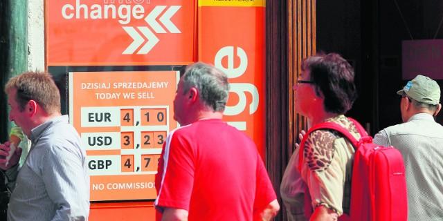 Taka informacja zamieszczona przy kantorze kusi zarówno krakowian, jak i zagranicznych turystów