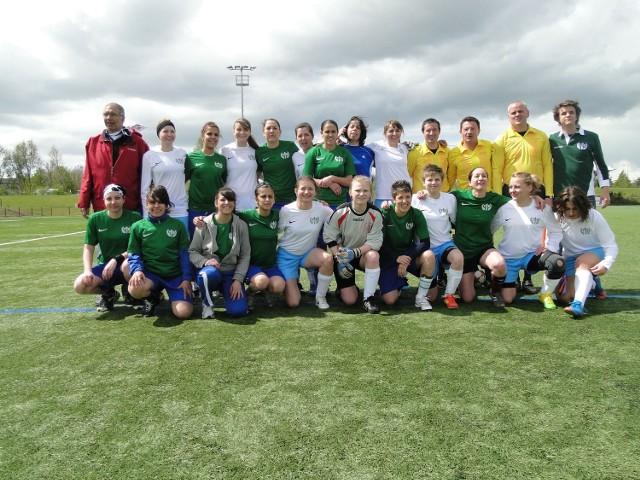 Zespół piłkarek nożnych AZS UMCS (w białych strojach)