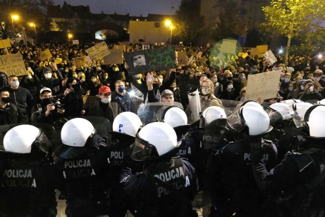 Manifestacja kobiet w Katowicach   Zobacz kolejne zdjęcia. Przesuwaj zdjęcia w prawo - naciśnij strzałkę lub przycisk NASTĘPNE