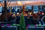 W maju wrócą restauracje, hotele, galerie handlowe i szkoły. Jest nowy plan luzowania obostrzeń