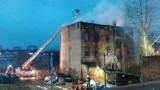 Pożar kamienicy w Bytomiu. Jedna osoba nie żyje, dwie trafiły do szpitala. Na miejscu pracuje 12 zastępów straży pożarnej