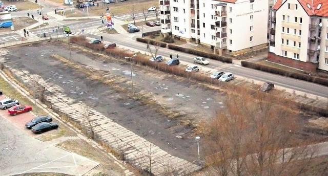 Na pustym obecnie parkingu na os. Zygmunta Starego mogło się pomieścić prawie sto aut