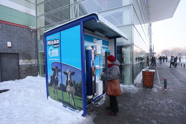 Za litr mleka z maszyny trzeba zapłacić 3,5 zł. Mleko można postawić na zsiadłe