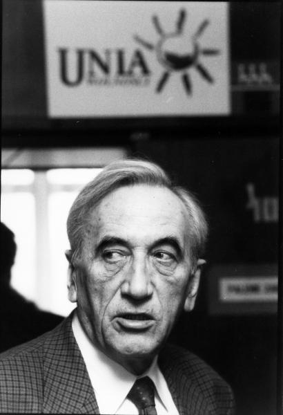 Tadeusz Mazowiecki urodził się 18 kwietnia 1927 roku w Płocku. Ma wykształcenie średnie ogólne, jest absolwentem Liceum Ogólnokształcące im. Marszałka Stanisława Małachowskiego w Płocku. Studiował prawo na Uniwersytecie Warszawskim, ale studiów nie ukończył.