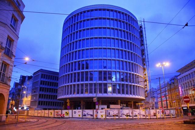 Rozpoczął się kolejny etap remontu poznańskiego Okrąglaka. Budynek jest już oszklony i zamknięty. Ekipy rozpoczęły prace wykończeniowe wewnątrz gmachu