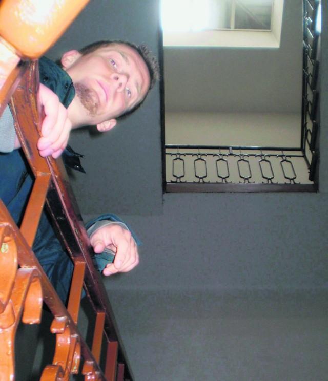 Michał z Chrzanowa, jak setki jego sąsiadów, czeka na obiecaną windę w magistracie