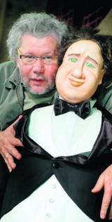 Adolf Weltschek bawi się lalkami