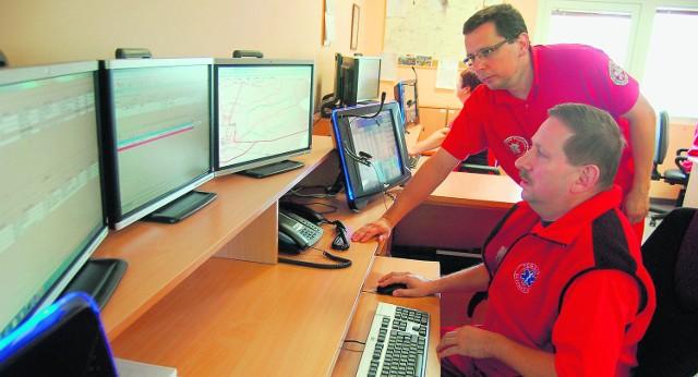 Dyspozytorzy, pod okiem ratowników z Krakowa, uczą się obsługiwać nowy system, pracując dla bezpieczeństwa na starym
