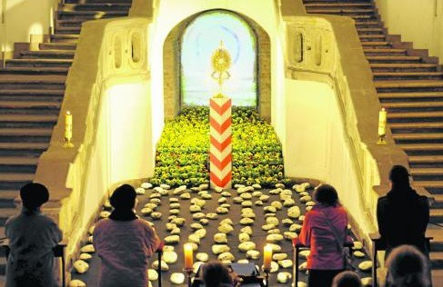 Grób w kościele Pijarów. Głównym tematem jest zbrodnia katyńska