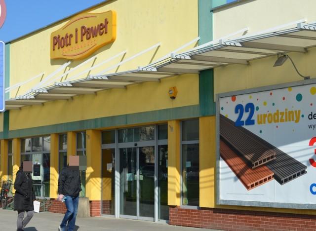 Jeden z dwóch działających w  mieście sklepów sieci Piotr i Paweł jest już nieczynny. To placówka w Galerii Dworcowej przy ulicy Spółdzielczej, która przestała istnieć z dniem 30 marca.  Policzone są też dni drugiego sklepu tej sieci  przy ul. Plutona na osiedlu Kopernika. Jak się nieoficjalnie dowiedzieliśmy, może to potrwać około miesiąca. Oba sklepy należą do  franczyzobiorców.  Po zamknięciu pierwszego sklepu załoga nie otrzymała wypowiedzeń z pracy, a została przeniesiona do marketu przy ul. Plutona.  Jednak za ladą tej placówki nie spotkaliśmy żadnej z osób pracujących wcześniej w Galerii Dworcowej. W sumie głogowski market ma teraz podwojoną załogę, czyli kilkudziesięciu pracowników.  - Formalnie wciąż pracujemy, nie mamy też zaległych wypłat - powiedziała nam jedna z pracownic.