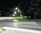 Kraków. Piesi idą w ciemności pomimo nowych lamp