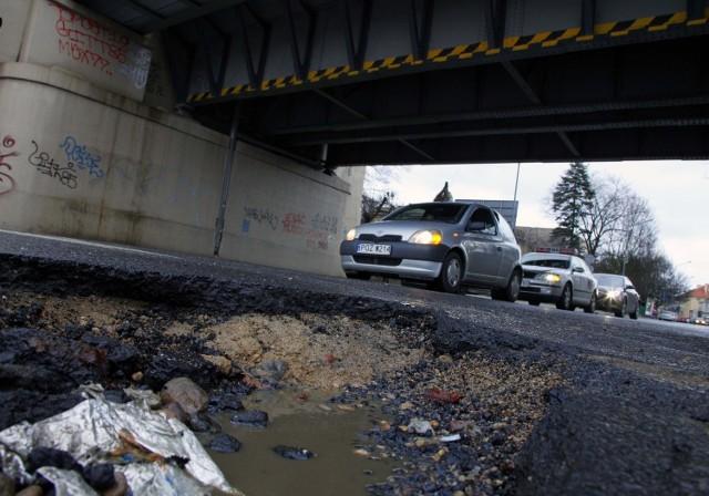Taka dziura jest postrachem kierowców na ulicy Nowowiejskiego (przy Pułaskiego) w Poznaniu