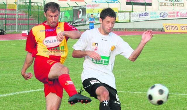 Aleksandar Atanacković (z lewej) już podpisał nowy kontrakt z Chojniczanką