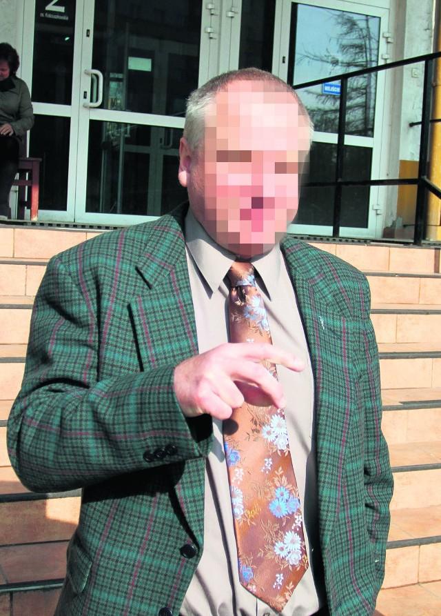 Oskarżony dr Andrzej Z. w drodze na salę rozpraw
