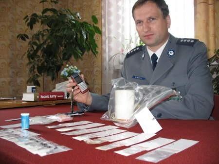Zarekwirowane przedmioty w mieszkaniu i aucie 30-letniego mieszkańca Czarnej Wody. Na zdjęciu Sławomir Janicki, komendant KP w Czersku.