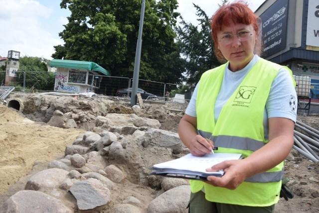 - Ten odcinek murów nie był posadowiony na żadnym wale - mówi archeolog Sylwia Groblica.