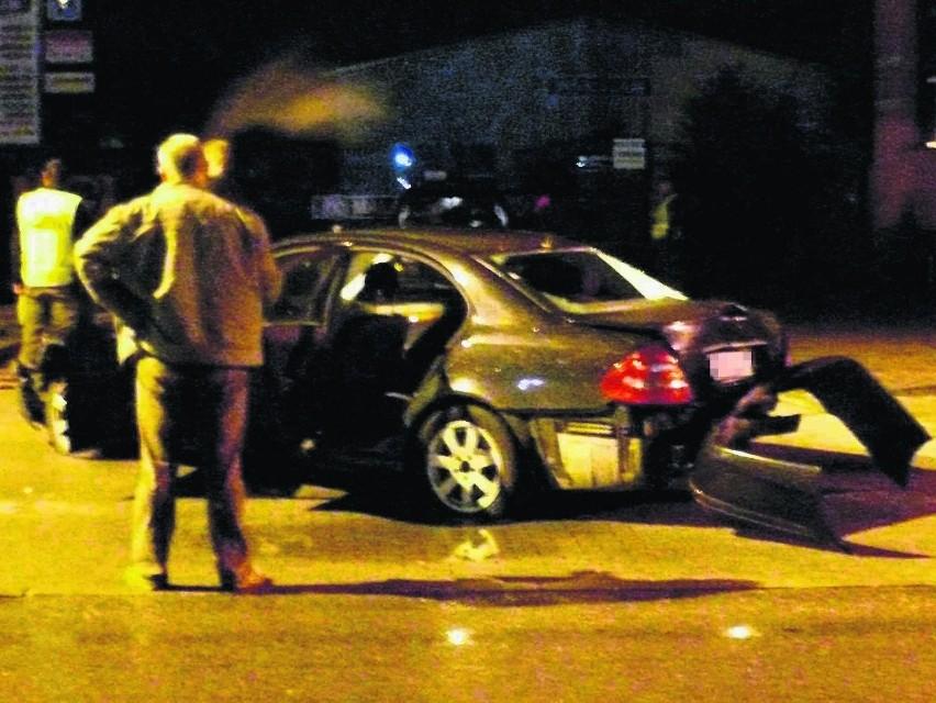 Funkcjonariusze policji oddali w kierunku samochodu...