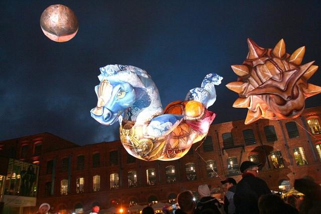 Święto Łodzi, 2009 rok. Łodzianie na rynku Manufaktury obejrzeli pokaz francuski zespół teatralny Plasticiens Volants.