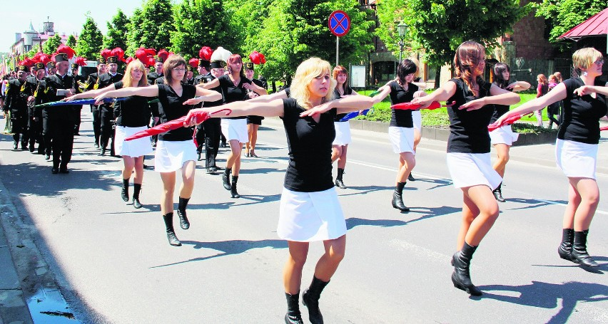 Parada uczniów i nauczycieli z orkiestrą, sztandarami i...
