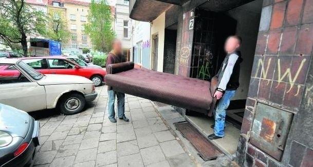 Wczoraj eksmitowano mieszkańca z lokalu w budynku wspólnoty przy pl. Asnyka. Trafił na Starołękę
