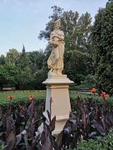 Park miejski w Kaliszu. Naprawiona rzeźba Flory wróciła na swoje miejsce. ZDJĘCIA