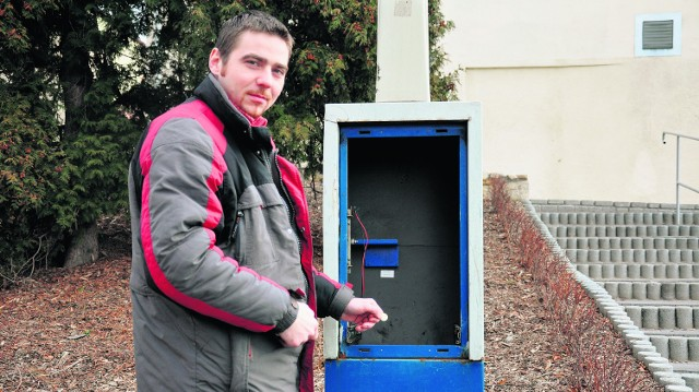 Pan Krzysztof z Brzeszcz, by zapłacić za postój, musi poszukać innego parkomatu.  Ten rozbili nieletni włamywacze
