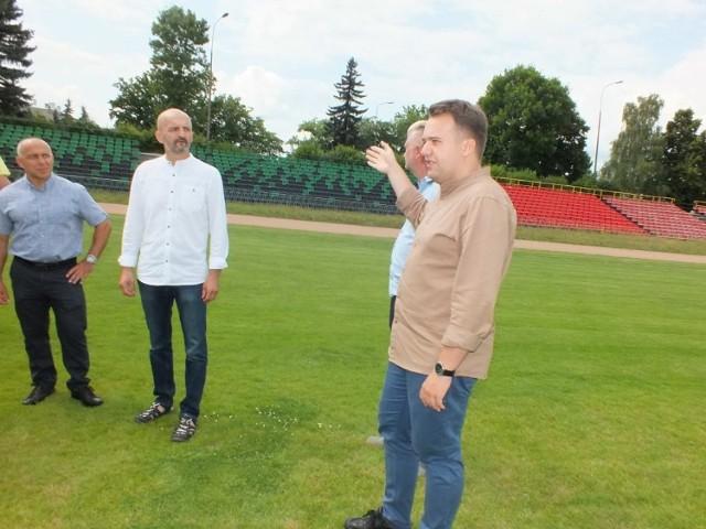 Prezydent Marek Materek zapewnił o montażu dalszych siedzisk na widowni starachowickiego Stadionu Miejskiego.