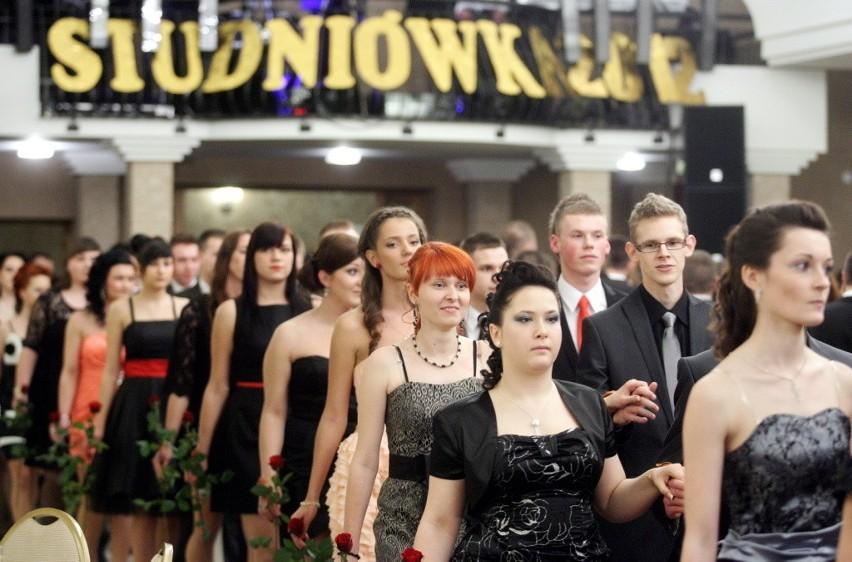 Uczniowie klas maturalnych z ZS nr 5 mieli swój bal w Dworku Arkadia w Piotrowicach