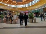 Tak policjanci sprawdzali, czy klienci Galerii Solnej chodzą w maseczkach