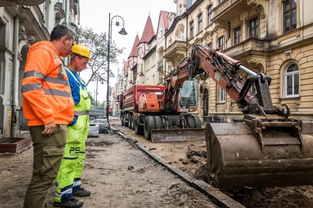 Trwają również prace w Śródmieściu przy budowie ulicy Cieszkowskiego. Akceptację uzyskały kamienie, z których zostaną wykonane nawierzchnie chodników oraz jezdni. Rozpoczęły się prace przy krawężnikowaniu.