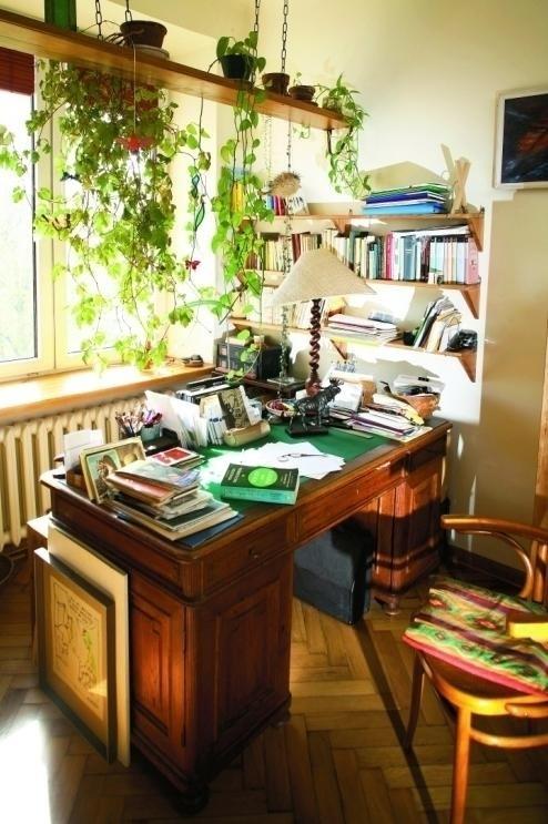 Na dużym biurku artystyczny nieład. Tylko właścicielka jest w stanie poruszać się po nim bez mapy