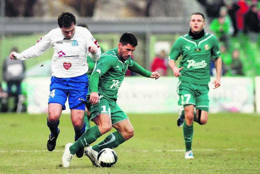 Vuk Sotirović (na zielono) jest coraz bliższy gry w barwach Lechii