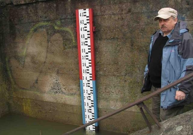 Mirosław Wilga z żywieckiego WZK obserwuje stan rzek
