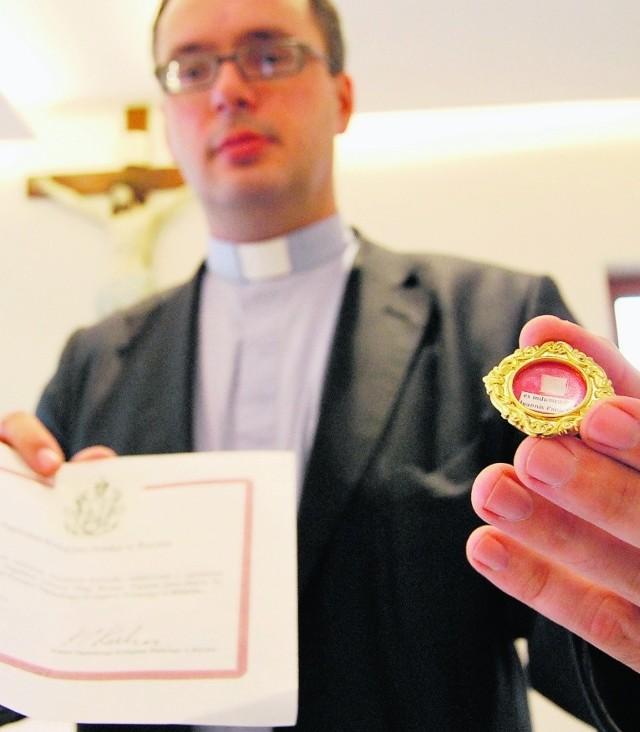 Fragment papieskiej sutanny  w ręku ks. Jana Kaczkowskiego