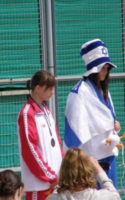 Jowita Sieńczyk (Żak Biała Podlaska) na podium podczas wielomeczu pływackiego na Cyprze