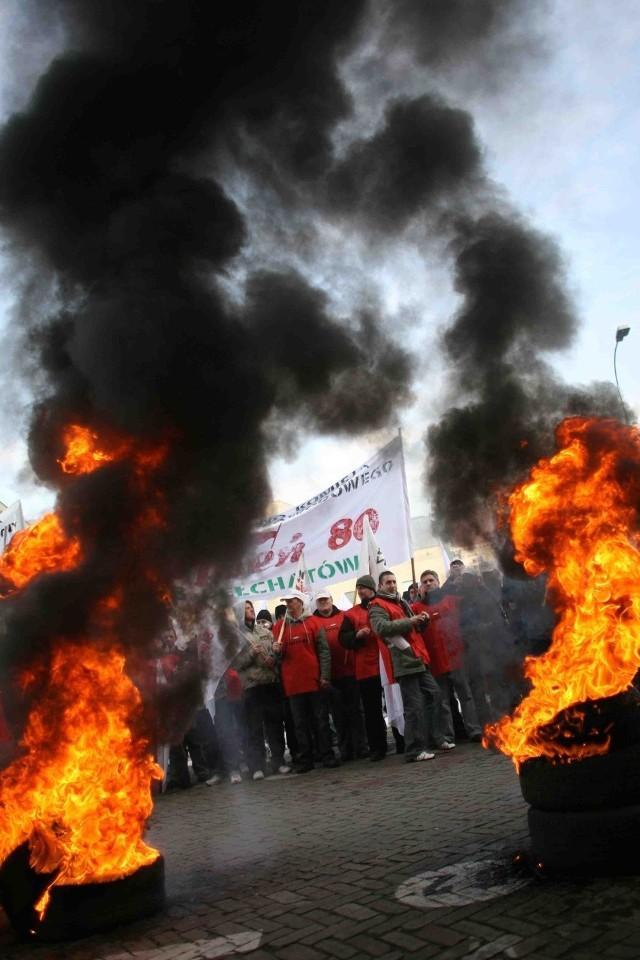 Krzyki, petardy i płonące opony - to typowy scenariusz związkowych protestów