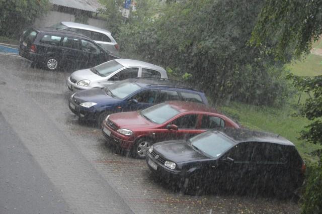 Deszczowy poranek i burzowe południe w Nysie. Wiatr może powiać nawet 100 km/h.